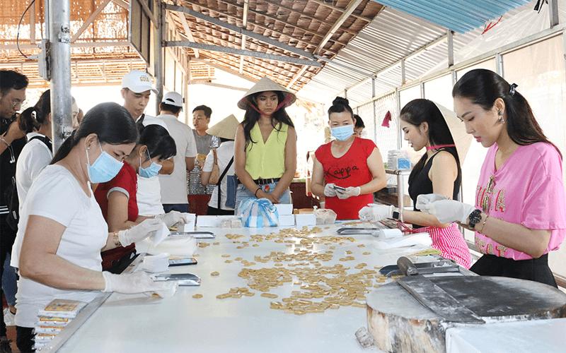 Xưởng sản xuất kẹo dừa ở Cồn Phụng