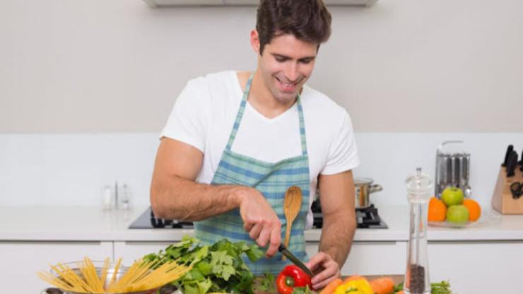 tự nấu ăn để tạo bất ngờ cho nàng